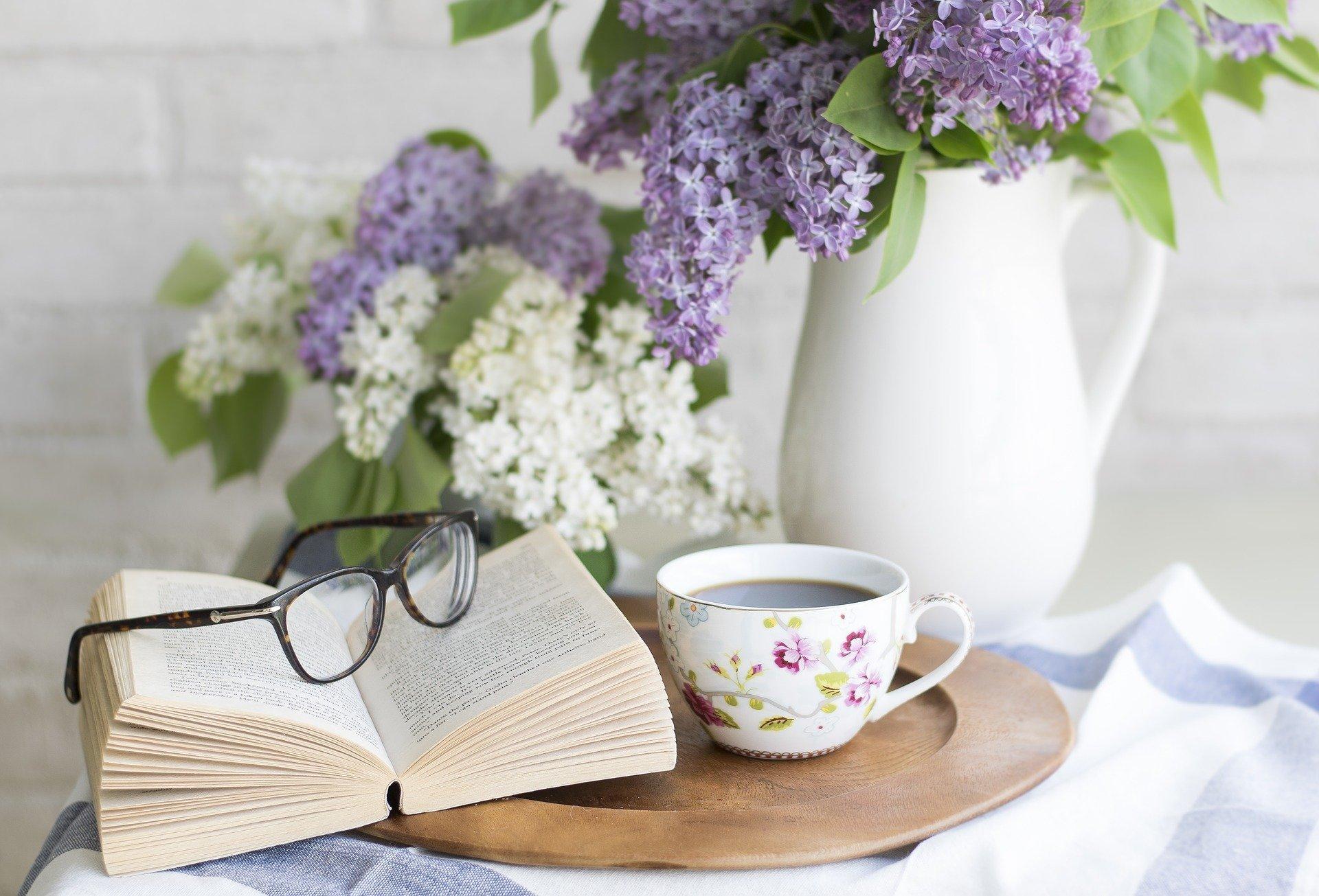 本とメガネ.jpg